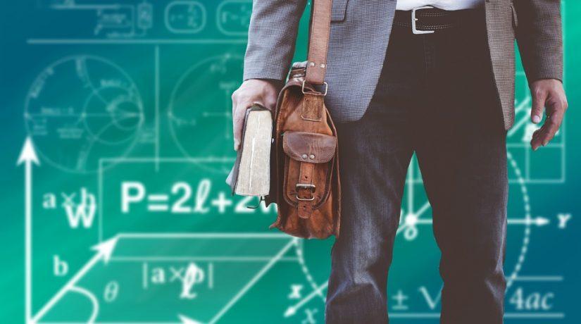 Il cestino in testa alla professoressa: di chi è la colpa?